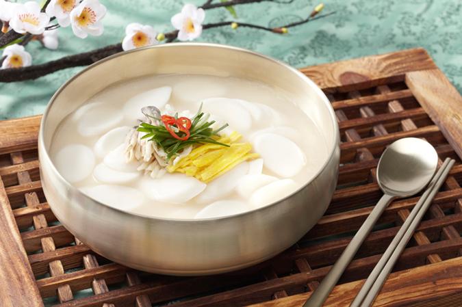 Tteokguk (canh bánh gạo)
