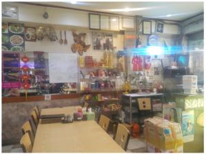 Bên trong quán ăn bày trí nhiều đồ vật truyền thống của Việt Nam cũng như các thực phẩm khô.